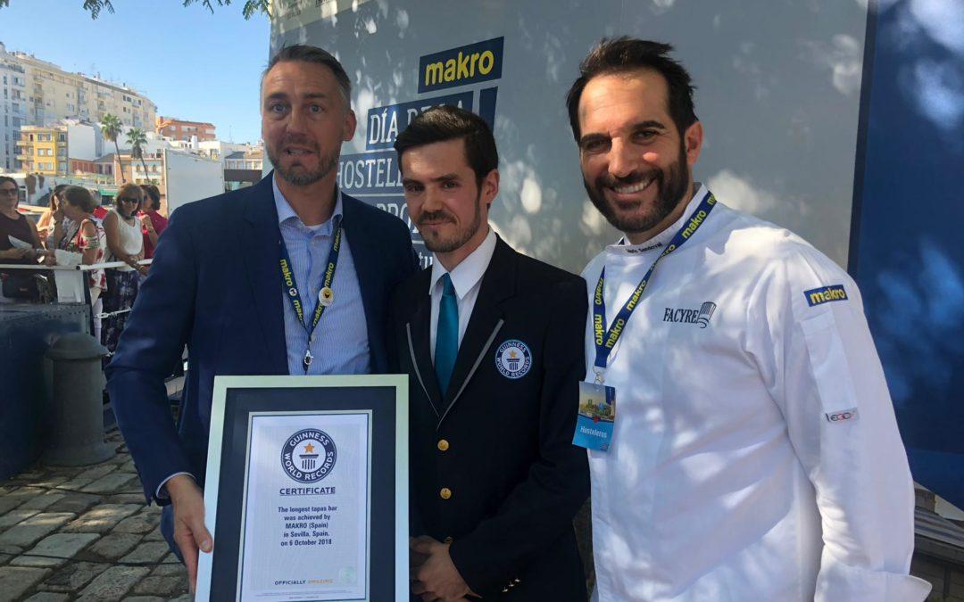 Unos 300 hosteleros sevillanos consiguen el Récord Guinness de la barra de tapas más larga del mundo